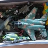 Hulk plastmassist sõdalasi, mõned sõjamasinad militaarsete huvidega lapsele ja armas puidust helikopter