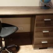 Kirjutuslaud ja värvidega mökerdatud tool