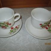 2 maasikatega tassi ja alustaldrikut