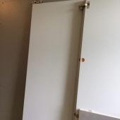 Kaks lahti võetud kõrget kahe uksega riidekappi