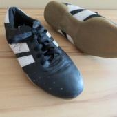 Tossud või jalka saalipuutsad, mis on parajad jalanumbrile 34