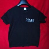 Must t-särk kirjaga Vogue