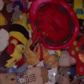 Suur kastitäis mänguasju.