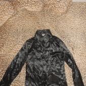 Must läikivast materjalist pluus 34